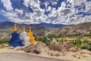Drei farbige Stupas bei Leh