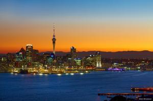 Skyline von Auckland in der Dämmerung