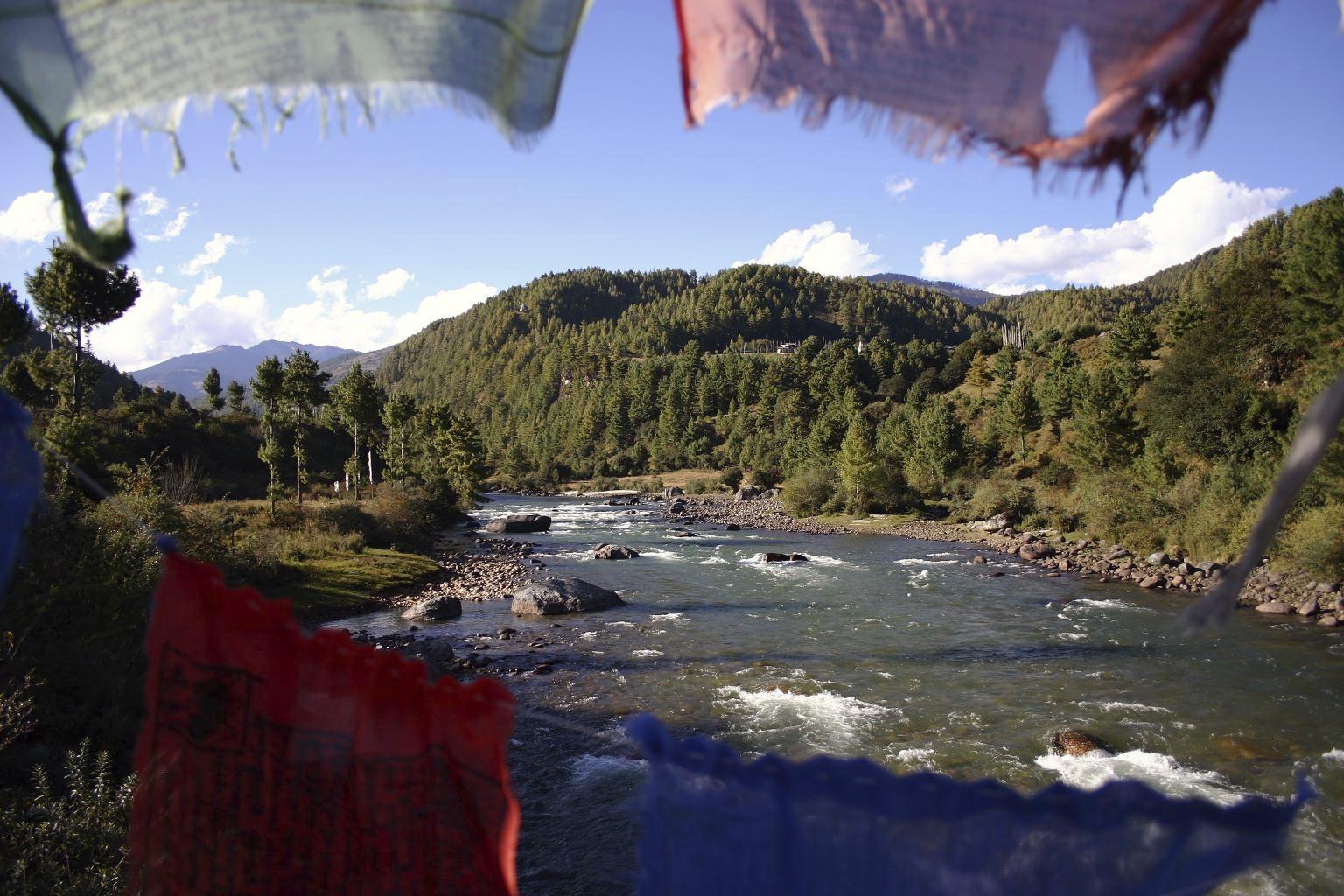 Gebetsfahnen am Fluss