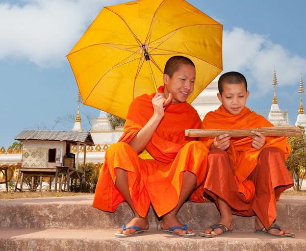 Junge M?nche bei der Lekt?re alter Schriften in Laos