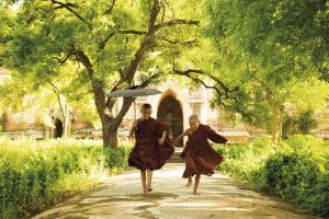 Zwei junge Mönche in einem Kloster
