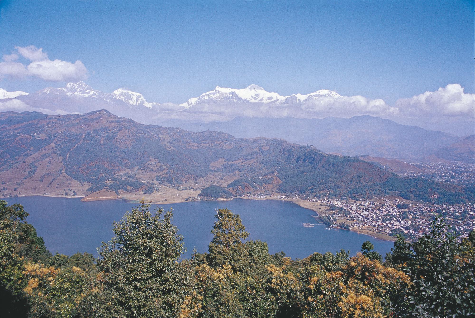 Blick auf den Himalaya hinter dem Phewa-See bei Pokkhara