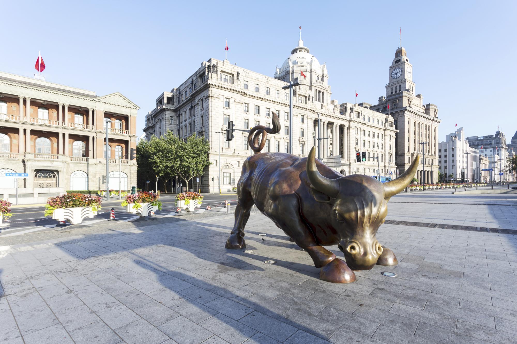 Kupferstatue in modernen Shanghai