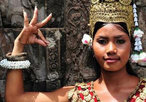 Tänzerin vor Angkor Wat