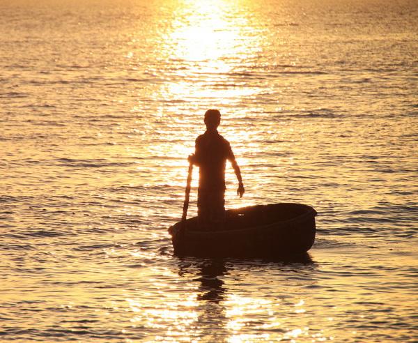 Traditionelles Boot im Sonnenuntergang